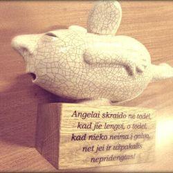 angelas keramikinis su graviruotu tekstu linkejimais