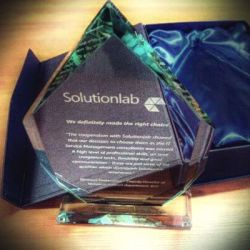 stiklinis apdovanojimas-solutionlab su melyna dezute