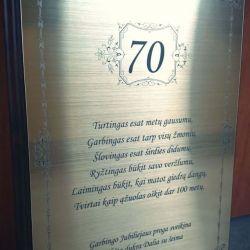 dovana-70-metu-proga plakete auksiniu pagrindu
