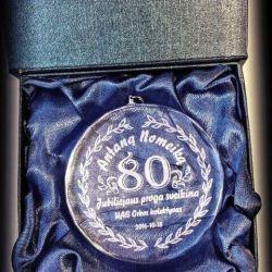 dovana-80-metu-proga-medalis stiklinis su dezute