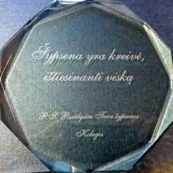 dovana kolegai draugui graviruotas stiklinis suvenyras