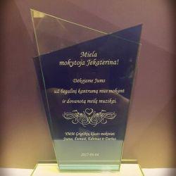stiklinis apdovanojimas aukletojai