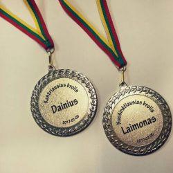 metaliniai medaliai-broliams su lietuvos veliavos virvute