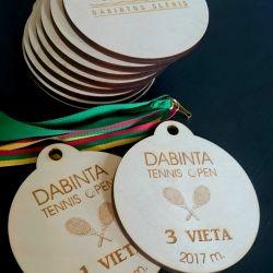 mediniai medaliai pjauti ir graviruoti lazeriu su virvutemis