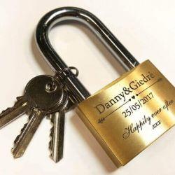 spyna vestuvine graviruota auksine matine su raktais