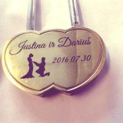 spynele vestuvine auksine sirdele su jaunavedziais