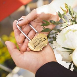 spyna-vestuvems-graviruota-rankose-auksine