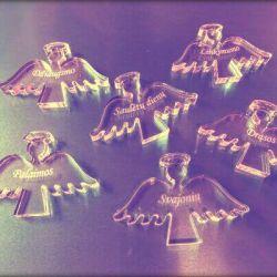 plastikiniai angeliukai su graviruotais palinkejimais pakabukai