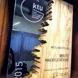 stiklinis medinis apdovanojimas-metu-mokytojas