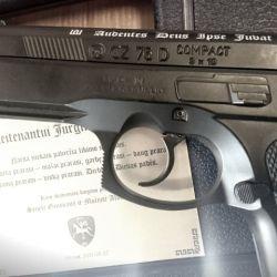 ginklas pistoletas graviruotas