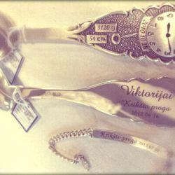 graviruotas-saukstelis-laikrodis sidabro