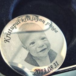 krikstynu-medalis auksinis su nuotrauka graviruota