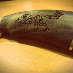 peilio-rankena-vilkas degintas