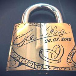 auksine spynele-vestuvine su raktais graviruota