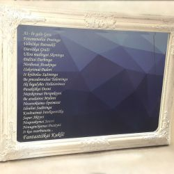 veidrodis dekoruotas graviruotas su baltais remeliais