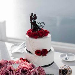 vestuvinis-tortas-dekoruotas toperiu smeigtuku